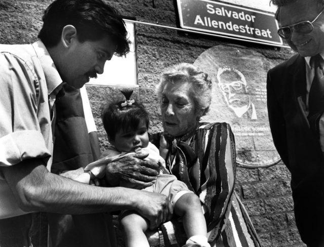 Juan Heinsohn Huala met zijn dochter Lisa en Hortensia Bussi, weduwe van Salvador Allende, bij het onthullen van het Salvador Allende-monument in Rotterdam, 1992