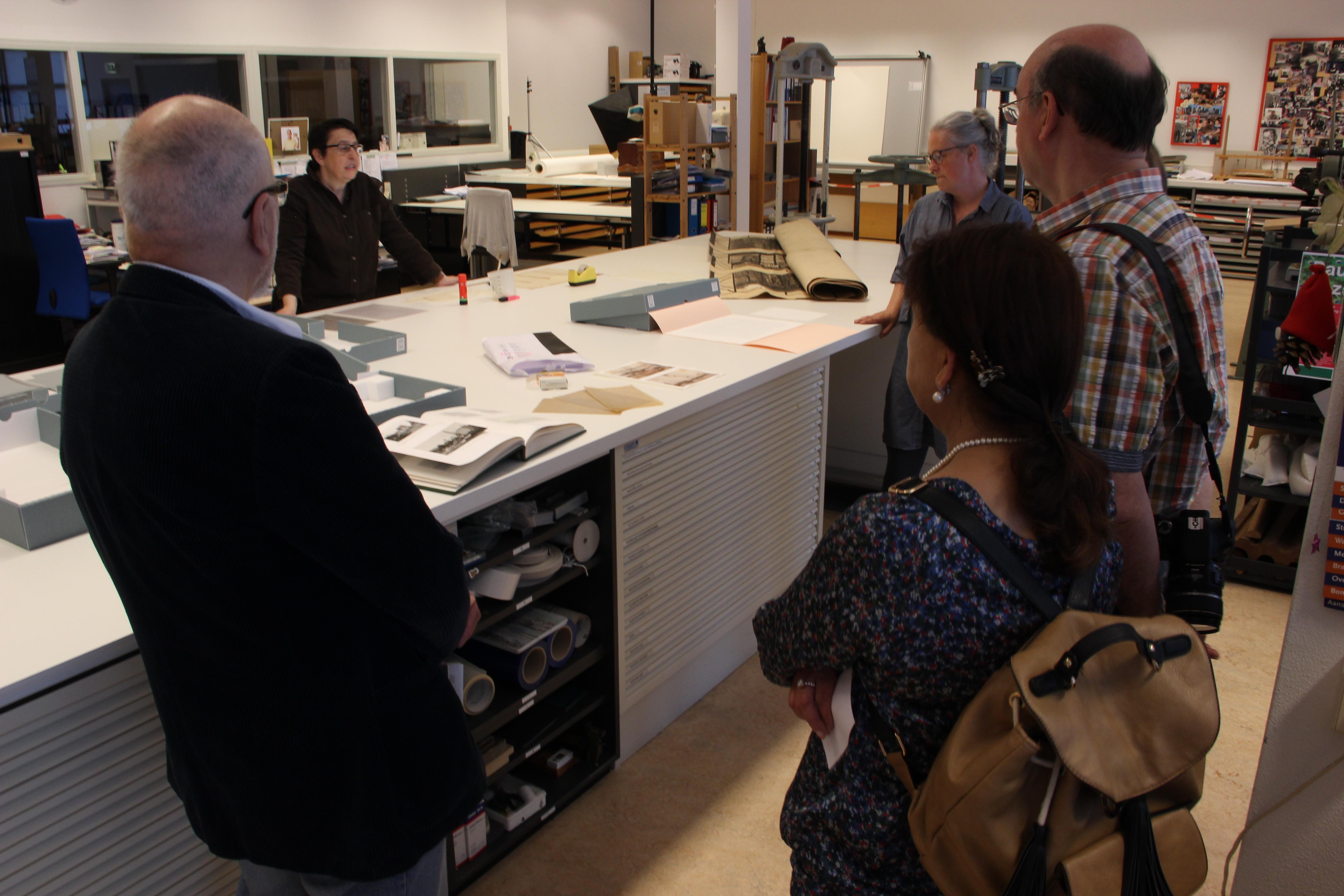 Rondleiding door restauratie atelier van Stadsarchief Rotterdam n.a.v. overdracht interviews Ongekend Bijzonder